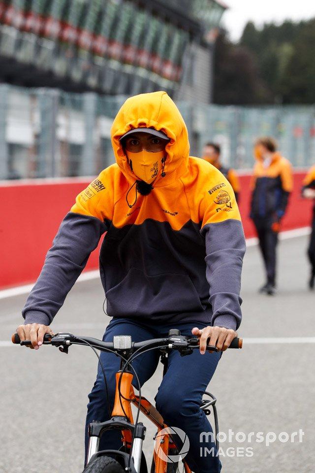 Carlos Sainz Jr., McLaren, recorre la pista en bici
