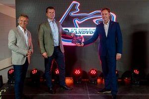 Jan Lammers, sportief directeur Dutch Grand Prix, Jeroen van Glabbeek, CEO van CM.com en Robert van Overdijk, directeur CM.com Circuit Zandvoort en Dutch Grand Prix, houden een presentje vast ter ere van Grade 1-licentie