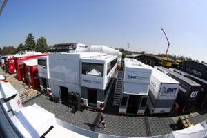 Camions Alfa Romeo et Racing Point dans le paddock