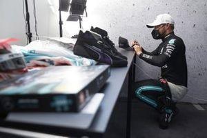 Valtteri Bottas, Mercedes-AMG F1 signing a hat