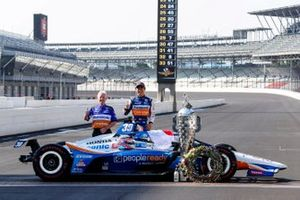 Takuma Sato, Rahal Letterman Lanigan Racing Honda pose pour les photos avec Eddie Jones
