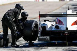 #77 Mazda Team Joest Mazda DPi, DPi: Oliver Jarvis, Tristan Nunez, Olivier Pla, pit stop, crew
