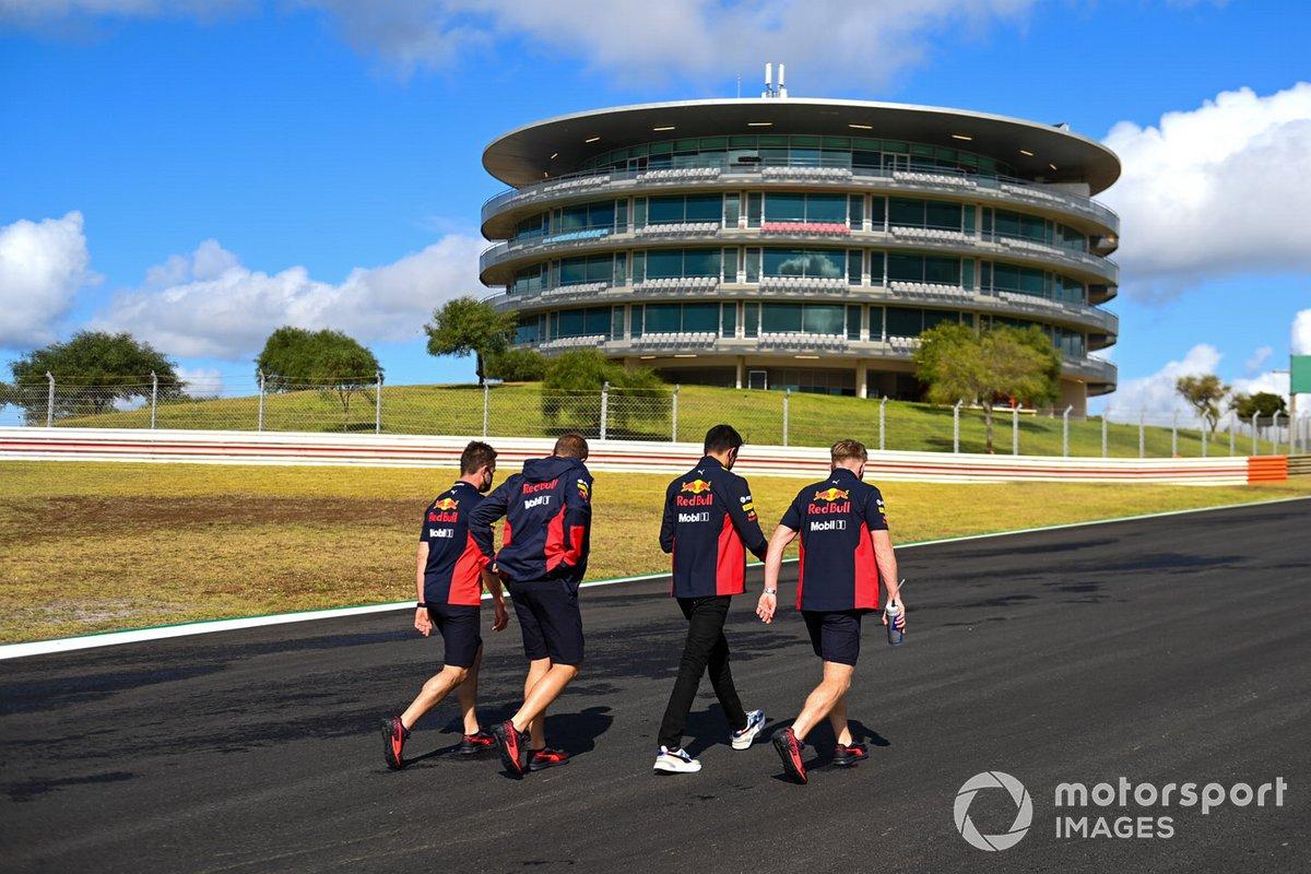 Alex Albon, Red Bull Racing, fait son tour de piste