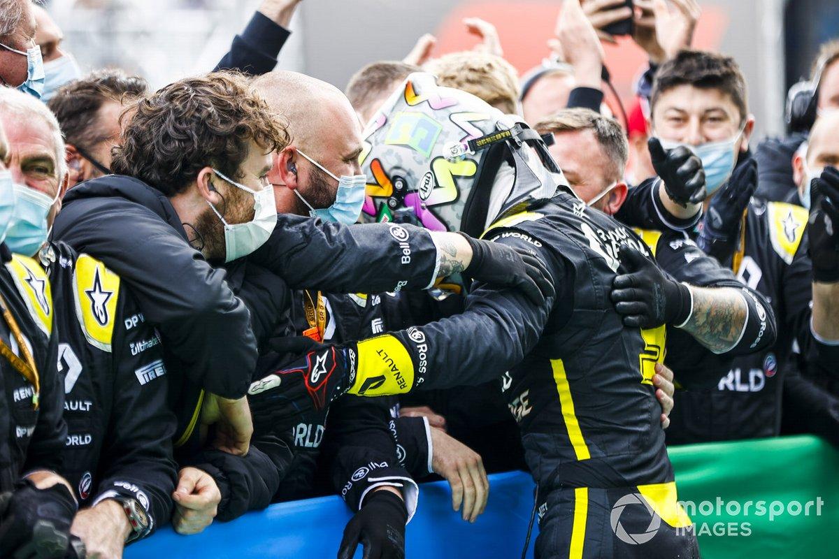 Tercer lugar Daniel Ricciardo, Renault F1 celebra en Parc Ferme con el equipo