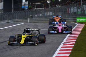 Daniel Ricciardo, Renault F1 Team R.S.20, Sergio Perez, Racing Point RP20, e Carlos Sainz Jr., McLaren MCL35