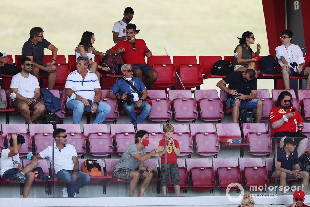 Los aficionados se distancian socialmente en una tribuna