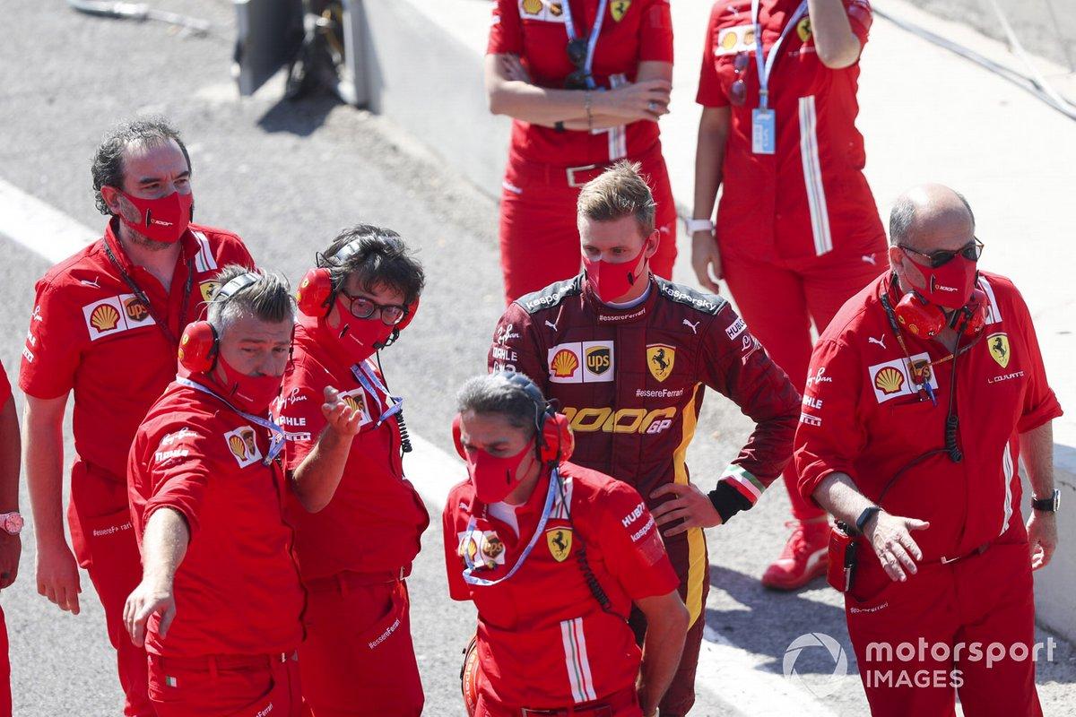 Mick Schumacher se prepara para conducir el Ferrari F2004