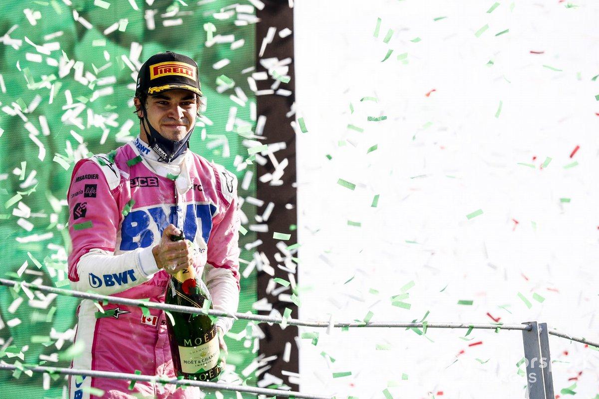 Lance Stroll, Racing Point, terzo classificato, spruzza Champagne sul podio