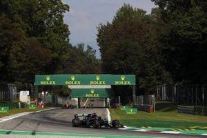 Lewis Hamilton, Mercedes F1 W11, Carlos Sainz Jr., McLaren MCL35