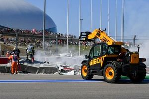 Marshals recover the car of Luca Ghiotto, Hitech Grand Prix after crashing with Jack Aitken, Campos Racing