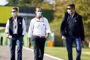 Michael Masi, Directeur de Course, FIA, Emanuele Pirro, pilote commissaire, FIA, et des membres de la FIA font un tour du circuit