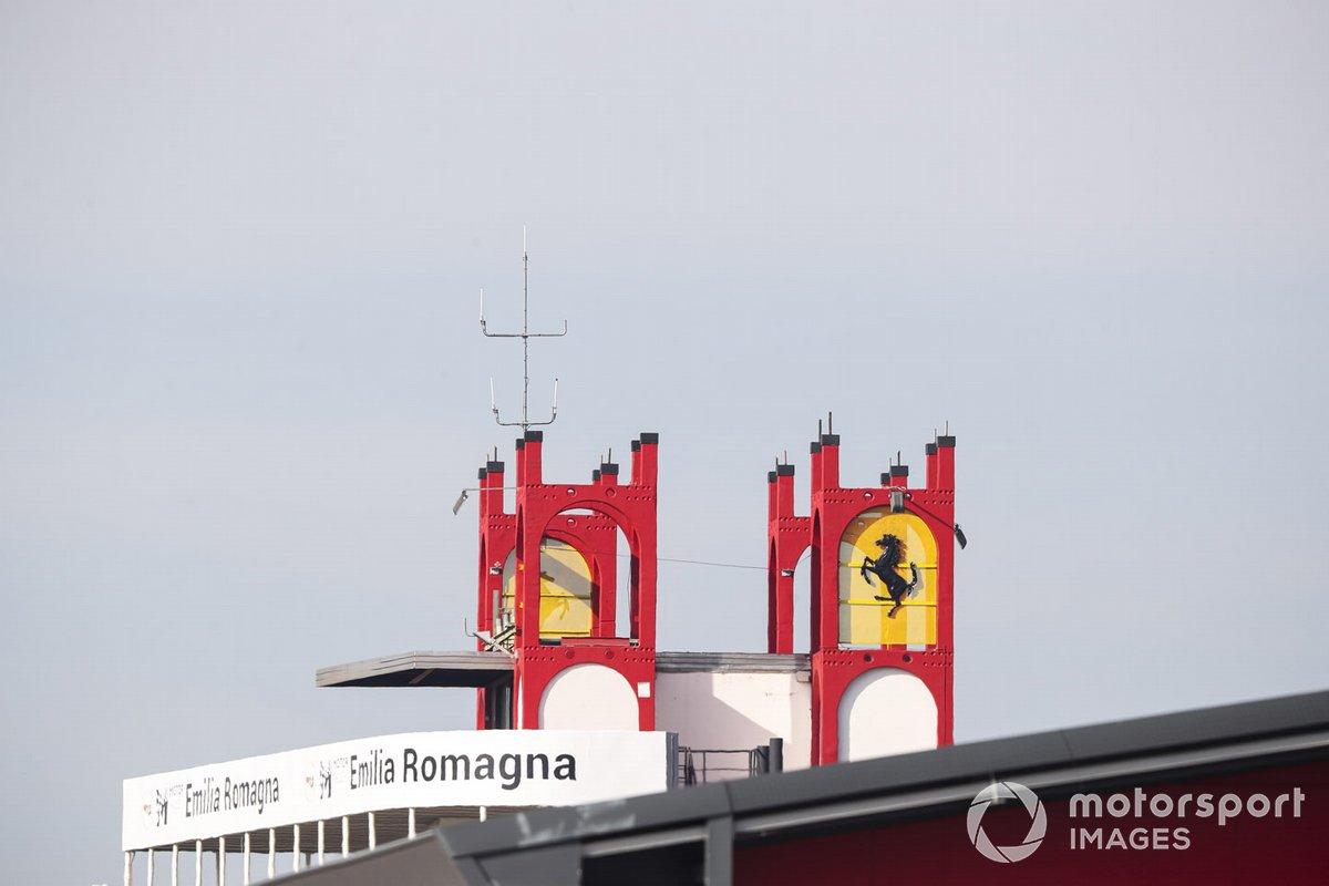 Il logo della Ferrari sopra alla torre a lato del rettilineo di partenza/arrivo