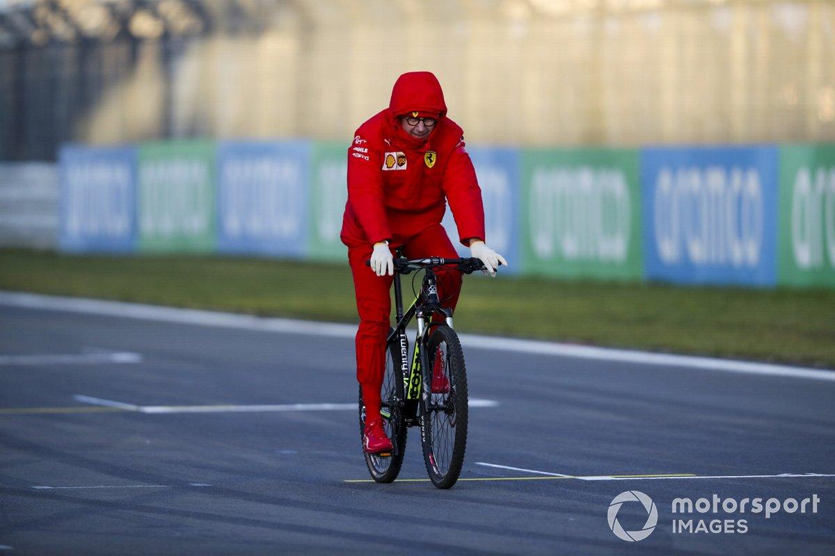 Руководитель Ferrari Маттиа Бинотто утром едет по трассе на велосипеде