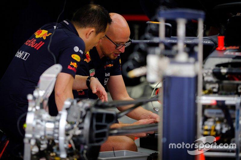 Un mécanicien Red Bull Racing au travail