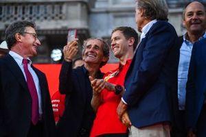 Alain Prost prend un selfie avec Sebastian Vettel, Ferrari