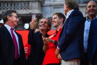 Alain Prost toma una selfie con Sebastian Vettel, Ferrari
