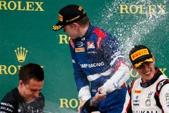 Robert Shwartzman, PREMA Racing en Leonardo Pulcini, Hitech Grand Prix op het podium