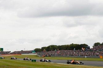 Carlos Sainz Jr, McLaren MCL34, lidera Kimi Raikkonen, Alfa Romeo Racing C38, y Antonio Giovinazzi, Alfa Romeo Racing C38, en la vuelta de formación.