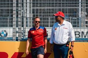 Nick Heidfeld, Dilbagh Gill, CEO, Team Principal, Mahindra Racing on the grid