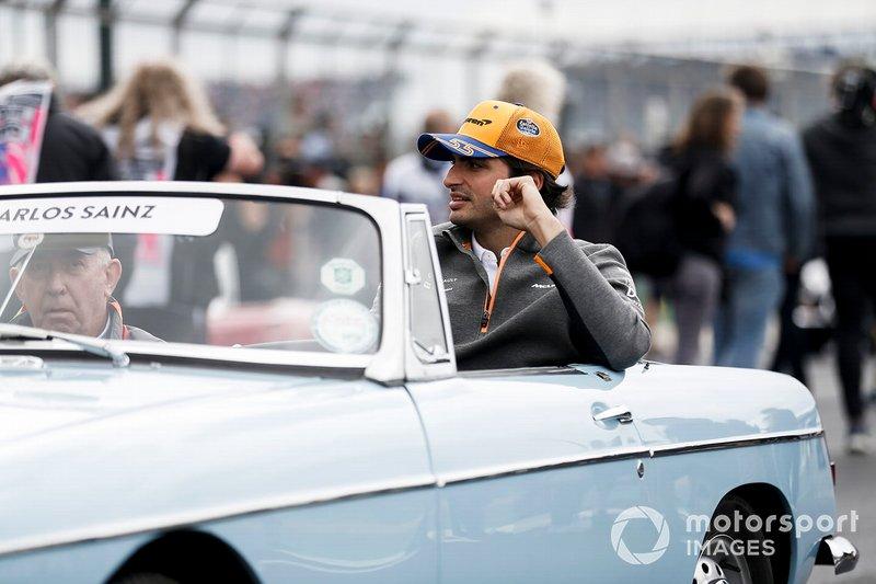 Carlos Sainz Jr., McLaren, en el desfile de los pilotos