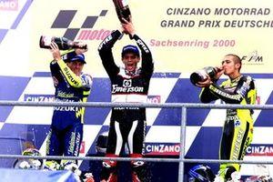 Podium: Racewinnaar Alex Barros, Pons Honda, tweede plaats Valentino Rossi, Honda, Kenny Roberts, Jr. Suzuki