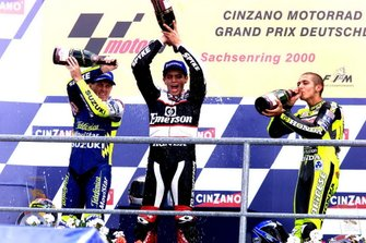 Podio: ganador de la carrera Alex Barros, Pons Honda, segundo lugar Valentino Rossi, Honda, Kenny Roberts, Jr. Suzuki