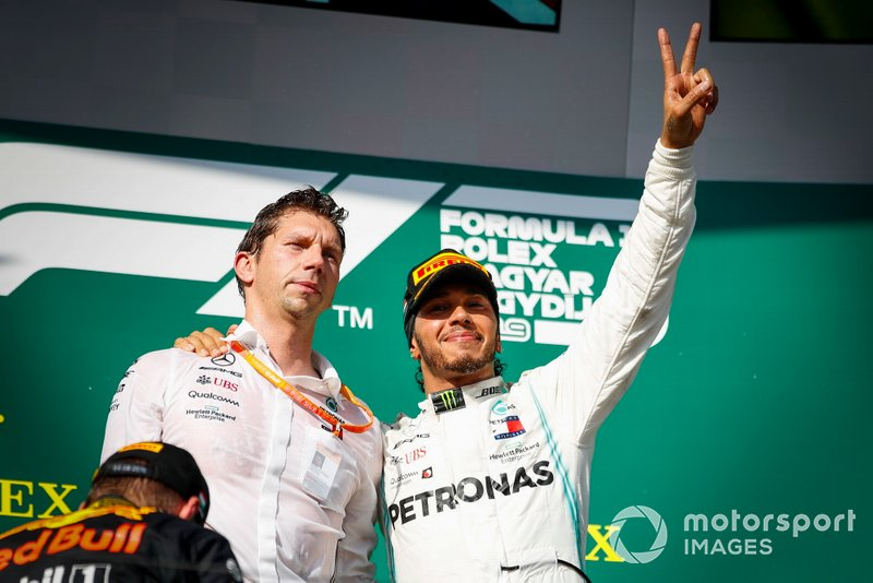 James Vowles, Motorsport Strategy Director, Mercedes AMG F1 e Race winner Lewis Hamilton, Mercedes AMG F1 festeggiano sul podio