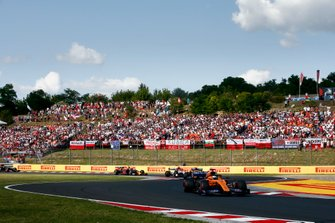 Carlos Sainz Jr., McLaren MCL34, devant Lando Norris, McLaren MCL34, Kimi Raikkonen, Alfa Romeo Racing C38, et Pierre Gasly, Red Bull Racing RB15