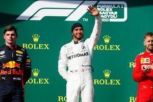 Max Verstappen, Red Bull Racing, tweede plaats, Lewis Hamilton, Mercedes AMG F1, racewinnaar, en Sebastian Vettel, Ferrari, derde plaats, op het podium