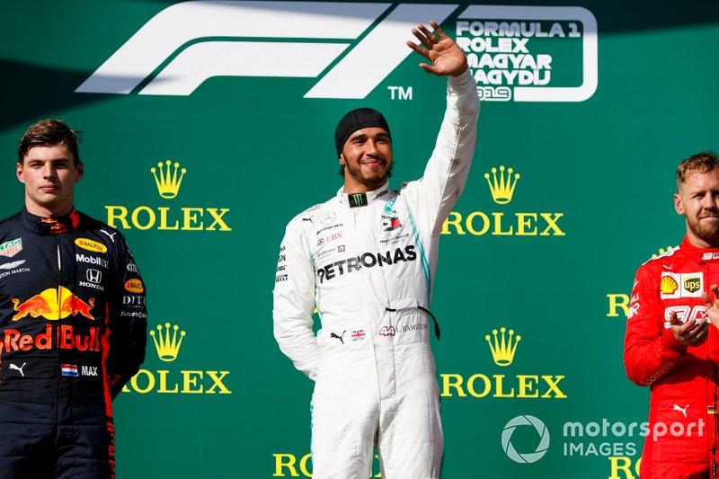 Max Verstappen, Red Bull Racing, deuxième, Lewis Hamilton, Mercedes AMG F1, vainqueur, et Sebastian Vettel, Ferrari, troisième, sur le podium