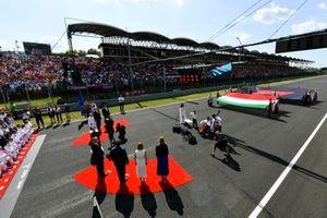 Viene suonato l'inno nazionale Ungherese come parte dei festeggiamenti sulla griglia nel pre-gara