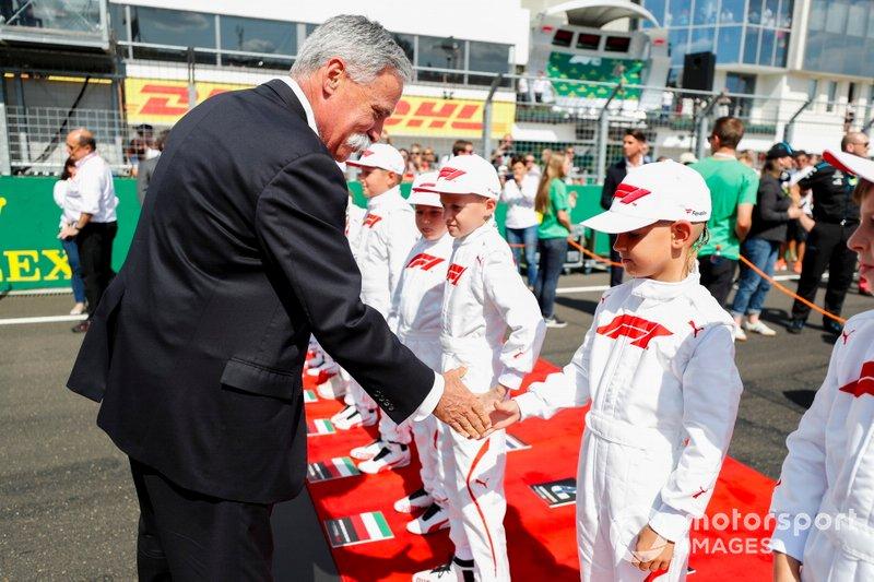 Chase Carey, Presidente, Fórmula 1, se reúne con algunos niños de la parrilla