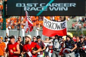 Fans op het circuit na afloop van de race