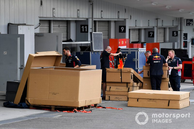 Mecánicos de Red Bull Racing con material