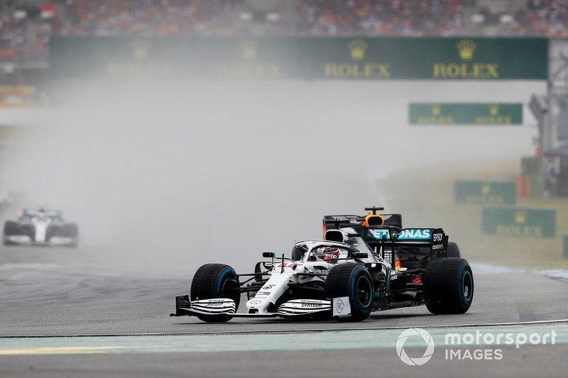 Lewis Hamilton, Mercedes AMG F1 W10, precede Max Verstappen, Red Bull Racing RB15
