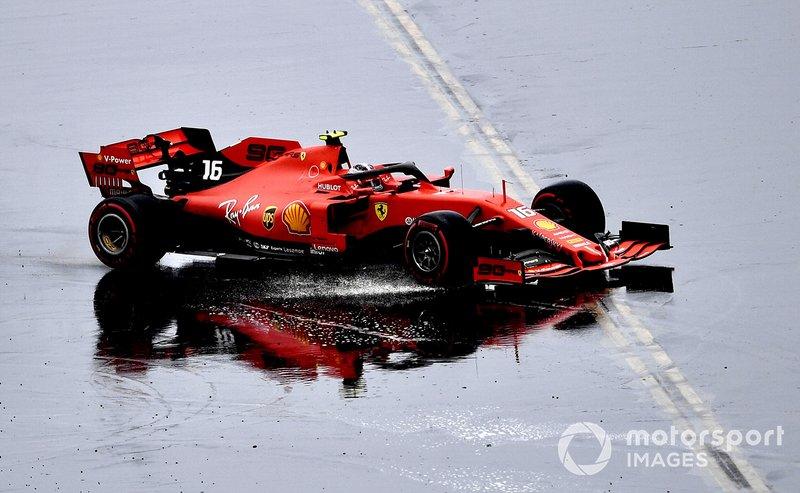 Charles Leclerc escapa na pista molhada e bate