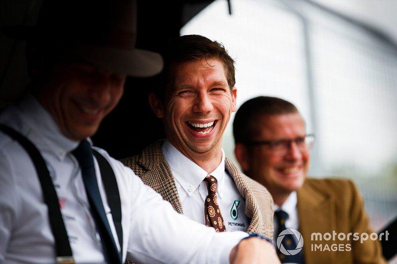 Matt Deane, mecánico jefe, Mercedes AMG, en la pared del pit