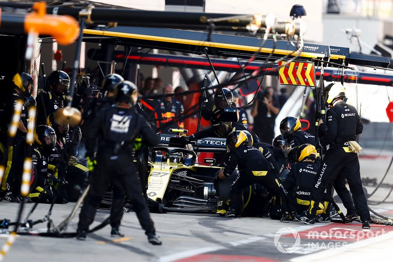 Nico Hulkenberg, Renault F1 Team R.S. 19, fa un pit stop