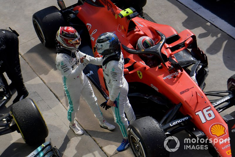 Lewis Hamilton, Mercedes AMG F1, terzo classificato, e Valtteri Bottas, Mercedes AMG F1, secondo classificato, al Parc Ferme