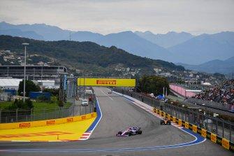 Lance Stroll, Racing Point RP19, devant Lando Norris, McLaren MCL34