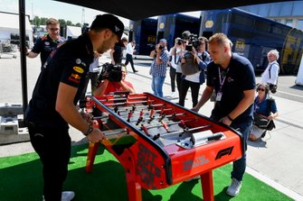 Pierre Gasly, Red Bull Racing, gioca a biliardino