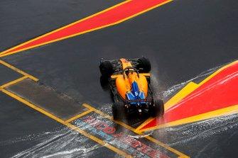 Carlos Sainz Jr., McLaren MCL34, spins