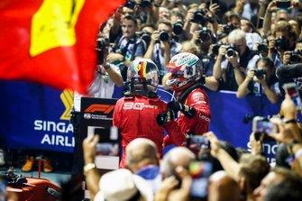 Il vincitore della gara Sebastian Vettel, Ferrari e Charles Leclerc, Ferrari festeggiano al Parc Ferme