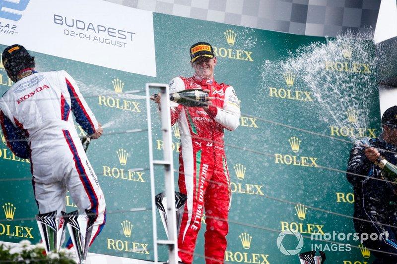 Nobuharu Matsushita, Carlin, il vincitore della gara Mick Schumacher, Prema Racing e Sergio Sette Camara, Dams festeggia sul podio con lo champagne