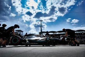 I meccanici spostano l'auto di Valtteri Bottas, Mercedes AMG W10, nel garage
