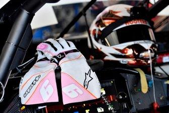 Chase Elliott, Hendrick Motorsports, Chevrolet Camaro Hooters Give a Hoot gloves
