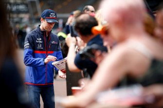 Daniil Kvyat, Toro Rosso signs a autograph for fan