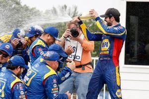 El ganador de la carrera, Alexander Rossi, celebra con el equipo Andretti Autosport Honda
