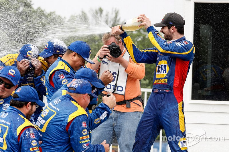 Race Winner Alexander Rossi, Andretti Autosport Honda celebrates with team