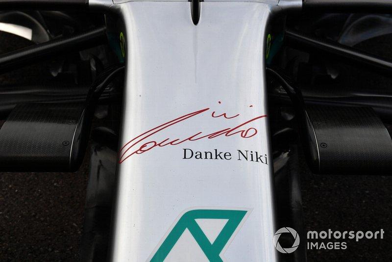 Il logo Danke Niki sulla parte frontale della Mercedes AMG W10 in tributo a Niki Lauda